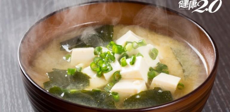 營養師的台灣癌症關懷基金會執行長黃翠華建議,不如多喝熱呼呼的味噌海帶豆腐湯,味噌富含抗氧化成份,豆腐則有優質蛋白質和類黃酮素,再加上紅白蘿蔔、洋蔥一起煮,又營養又有利防癌。