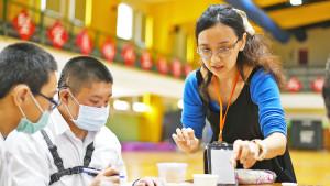 癌症關懷基金會在臺北市立啟聰學校舉辦小樂活健康講座。