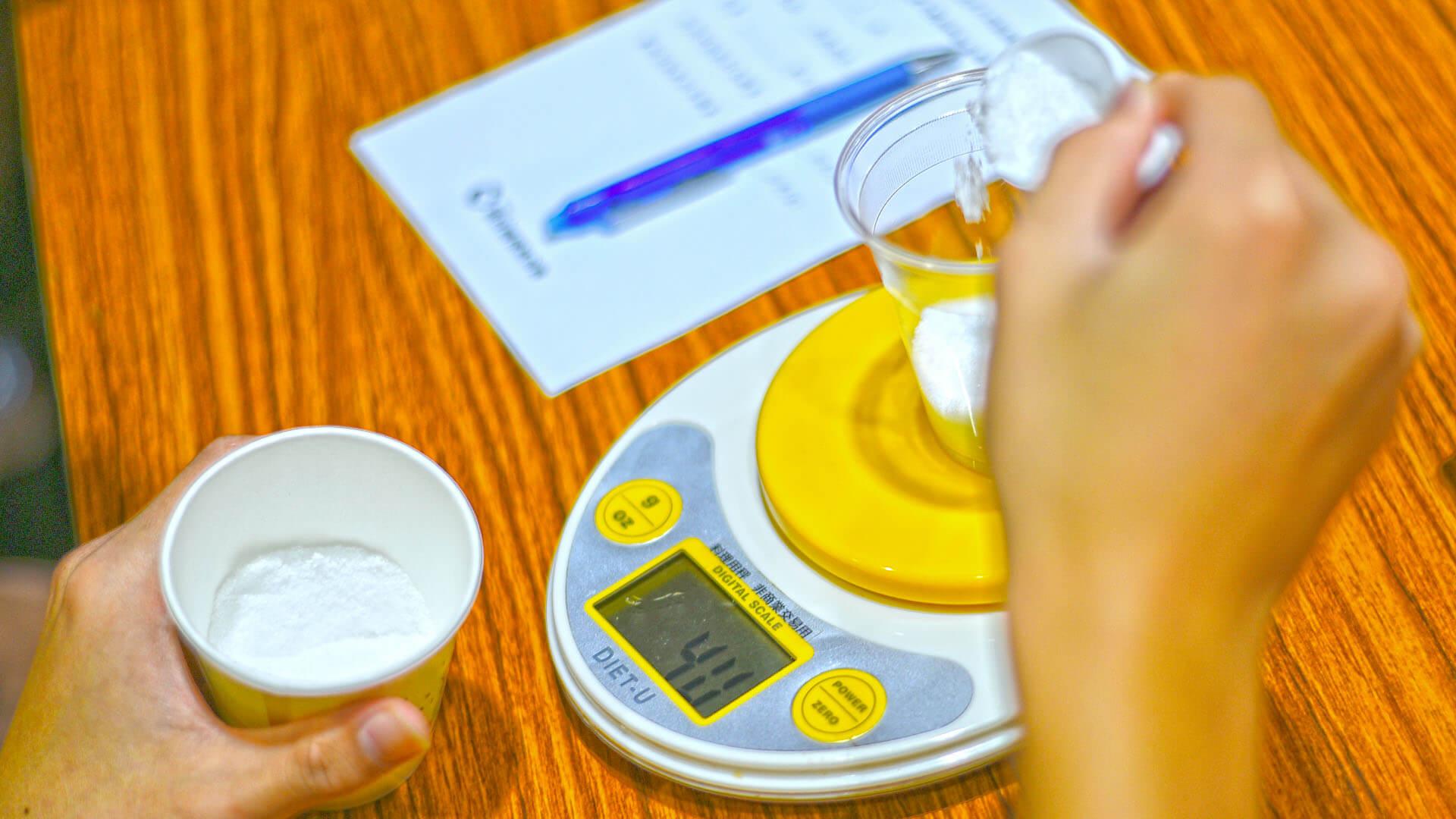 營養師問學生每杯飲料,應該有多少的糖量,在學生倒入心中預想的糖粉之後,營養師再公布正確答案,如此一來就能讓學生加深記憶。