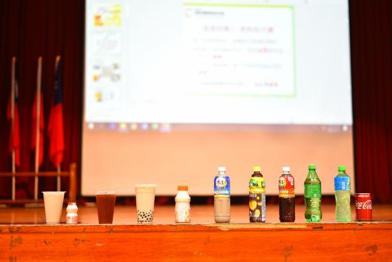 含糖飲料對學童的危害,會有糖尿病等等風險。