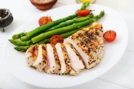 雞胸肉富蛋白質且脂肪含量低,很適合想瘦身或健身的人食用,以打造理想體態。圖/123RF