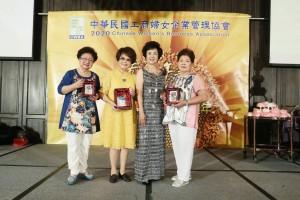 榮譽總會長吳楊愛珠(左起)、總會長駱慧明代表本會捐贈財團法人天主教聖母聖心會。工商婦女協會/提供